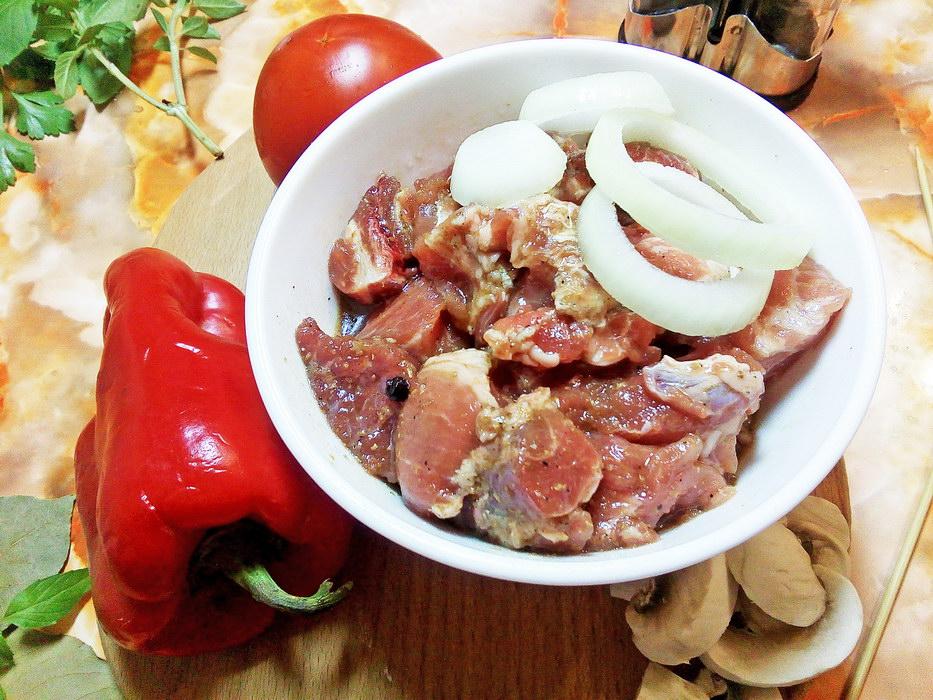 Добавляем лук к мясу