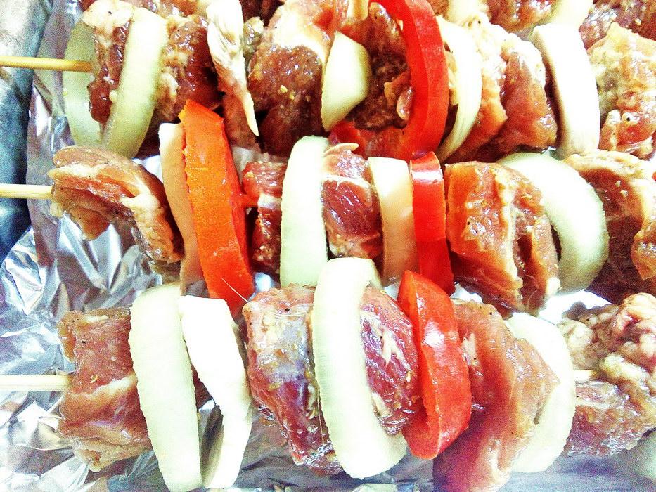 Надеваем мясо, овощи и грибы на шпажки