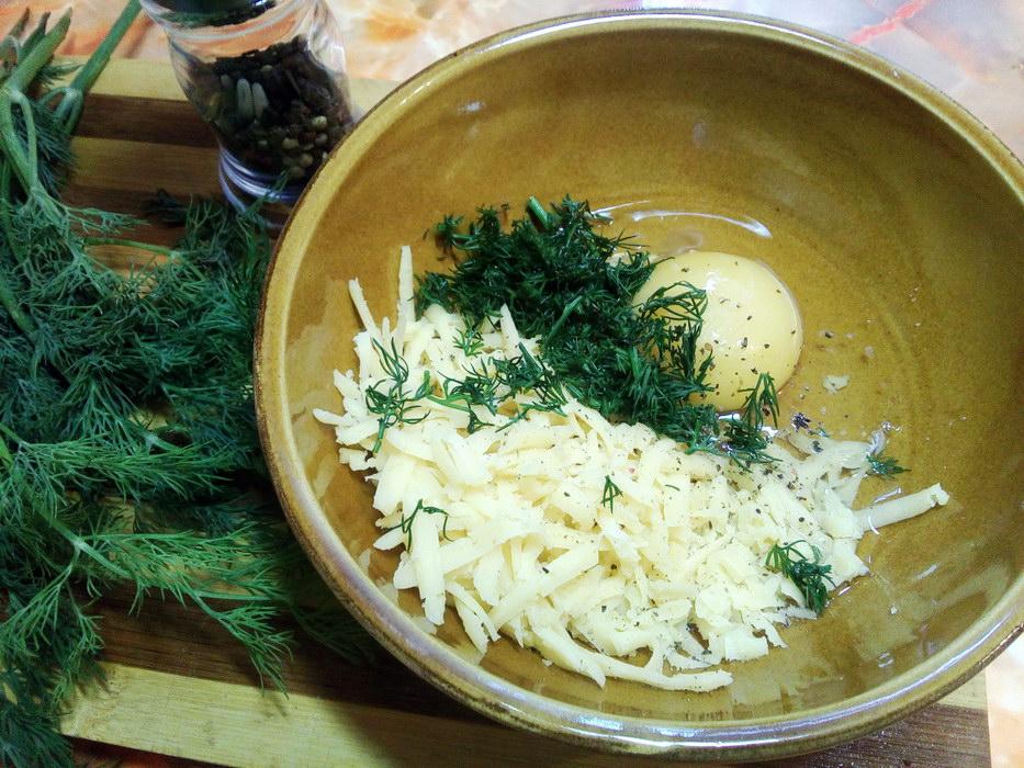 Натираем сыр, режем зелень