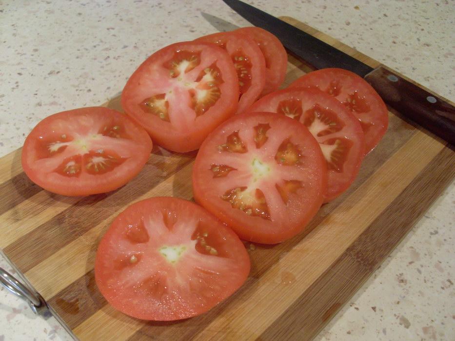Нарезать помидоры кольцами