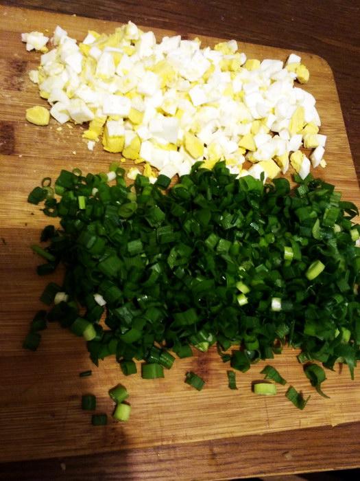Нарезаем яйца и лук