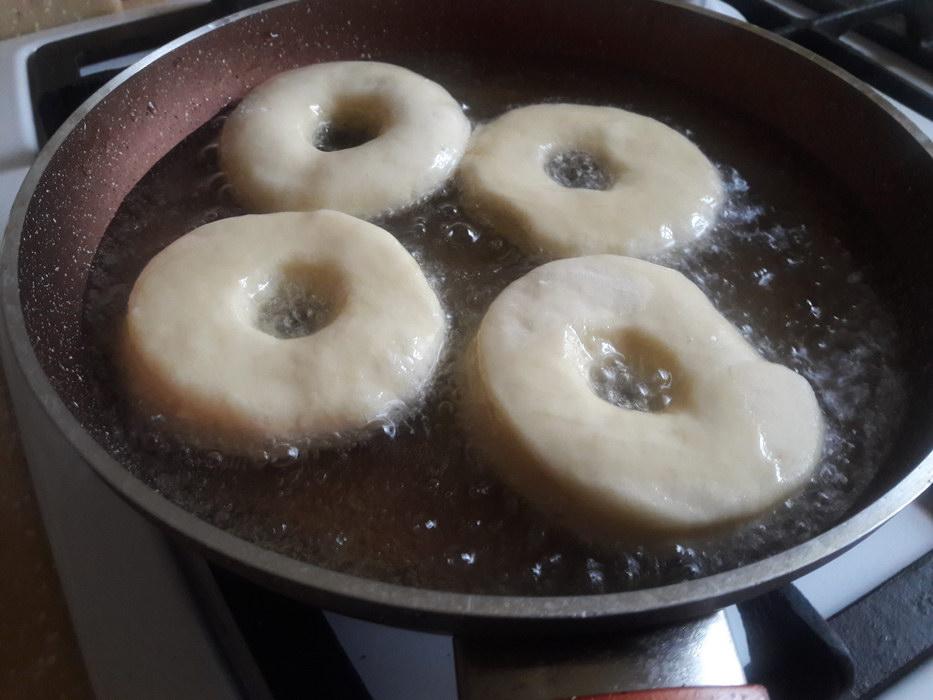 Погружаю пончики в кипящее масло
