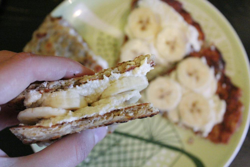Смазываем блин остатками творога и кладём банан