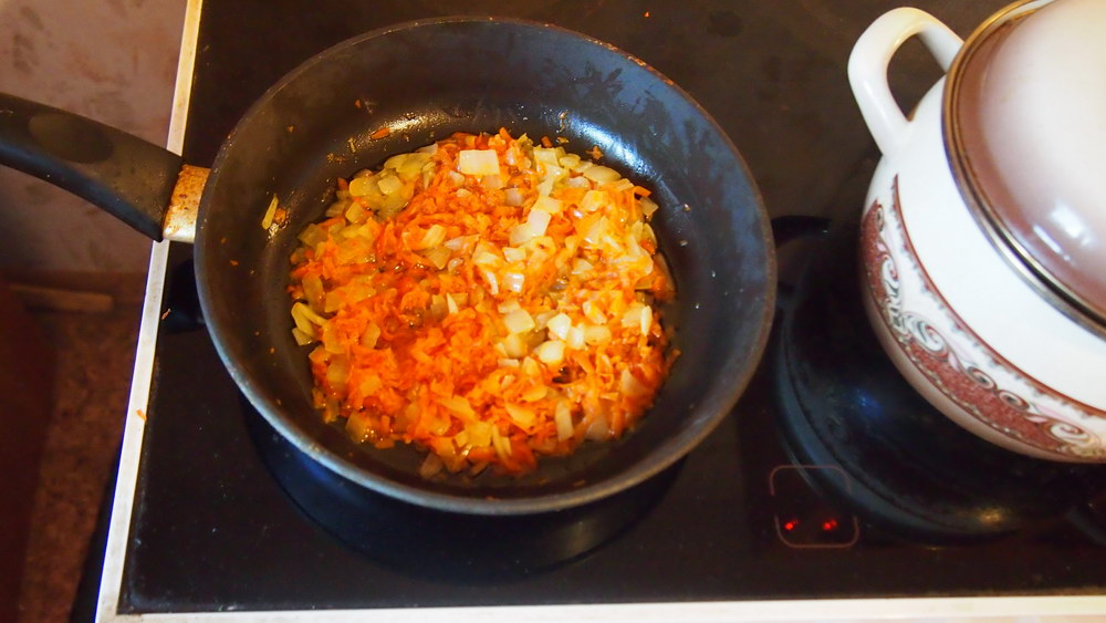 Обжариваем с морковью