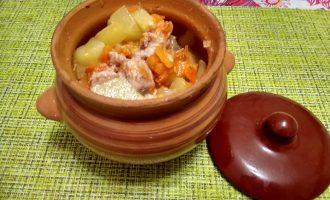 Мясо, как из русской печи, в горшочках с картофелем и овощами