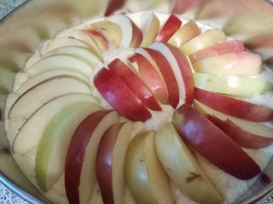 Тесто выливаем в форму и сверху украшаем яблоками