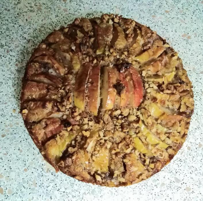 Яблочный пирог с орехами и тёртый маслом